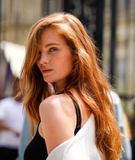 How to Apply Red Hair With Blonde Highlights